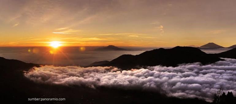 Sunrise emas yang menawan di Bukit Sikunir Sembungan, Dieng