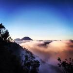 Pemandangan Prau di Pagi Berkabut Via @nilatanzil
