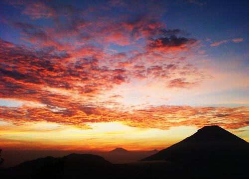 golden sunrise sikunir dieng